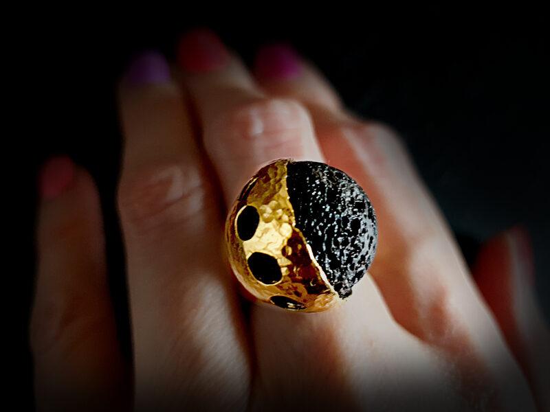 PILNMĒNESS - apzeltīts (ar 999 proves zeltu) sudraba gredzens ar lavas akmeni, Ø16,5