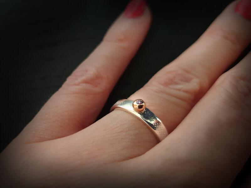 Sudraba gredzens ar zelta bumbiņu un rozā cirkoniju, Ø15,8
