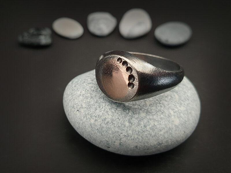 Oksidēts sudraba gredzens ar 585 proves zelta plāksnīti, Ø19,2