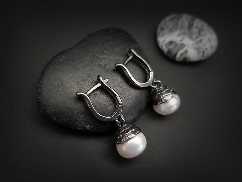 Oksidēti sudraba auskari ar baltām upes pērlēm