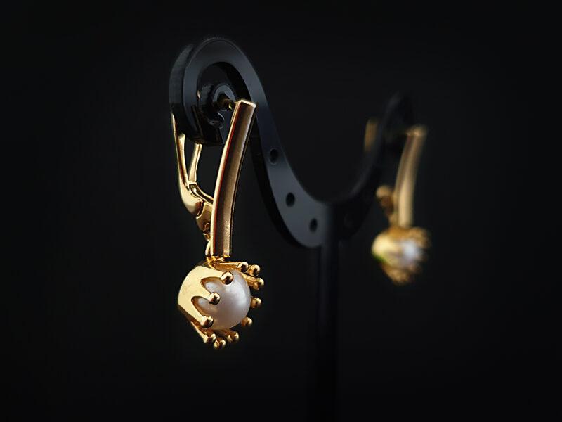 Ar 999 proves zeltu apzeltīti sudraba auskari ar upes pērlēm