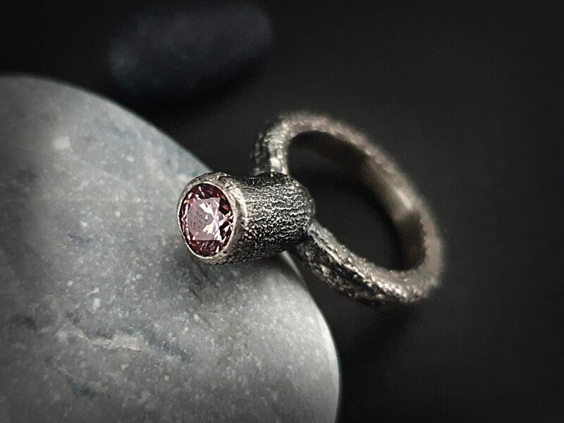Oksidēts kausēta sudraba gredzens ar morganīta krāsas cirkoniju, Ø16,8