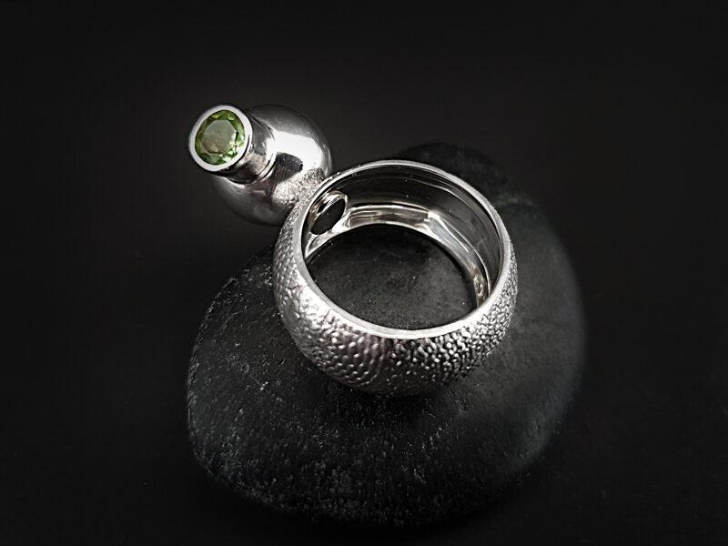 Sudraba gredzens ar kustīgu - rotējošu bumbu ar topāzu un peridotu, Ø16,8