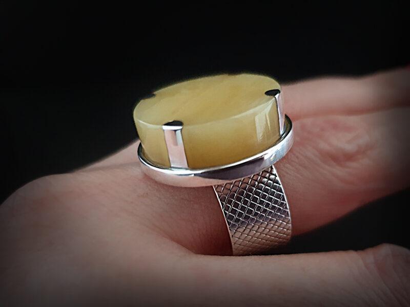 Sudraba gredzens ar ziloņkaula krāsas dzintaru, Ø19
