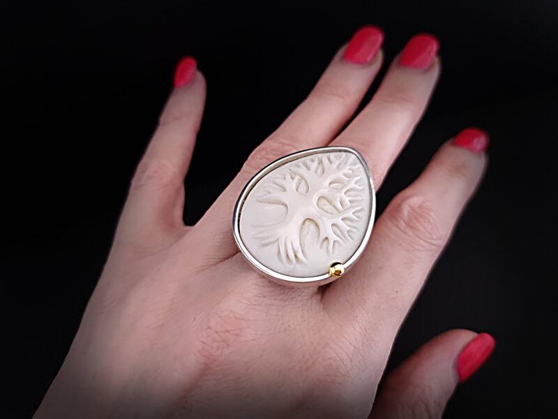 Sudraba gredzens ar 585 proves zelta bumbiņu un ūdens bifeļa kaulu, Ø18-18,5
