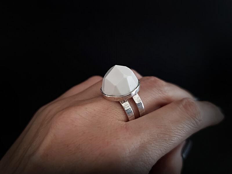 Sudraba gredzens ar ahātu ar neregulāras formas šķautnēm, Ø18,7