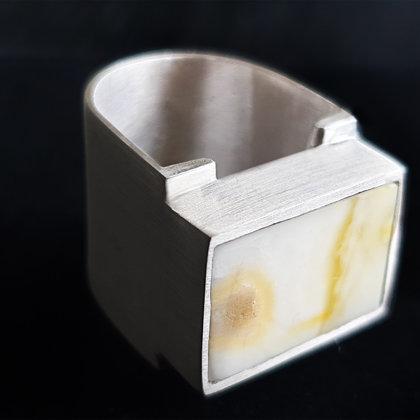 Sudraba gredzens ar ziloņkaula krāsas dzintaru