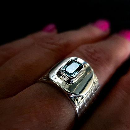 Серебряное кольцо с небесно-голубым топазом