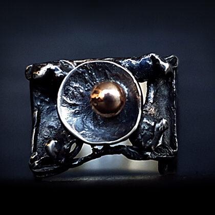 Оксидированное серебряное кольцо с золотым шариком