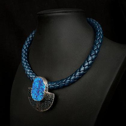 Ожерелье с друзой агата с титановым покрытием. Оксидированное серебро, кожа
