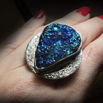 Оксидированное серебряное кольцо с друзой агата с титановым покрытием
