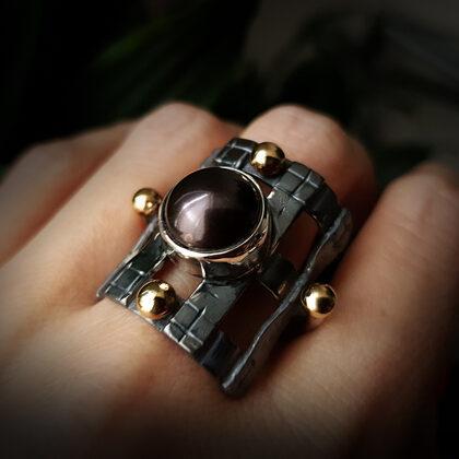 Oksidēts sudraba gredzens ar 750 proves zelta bumbiņām un pērli