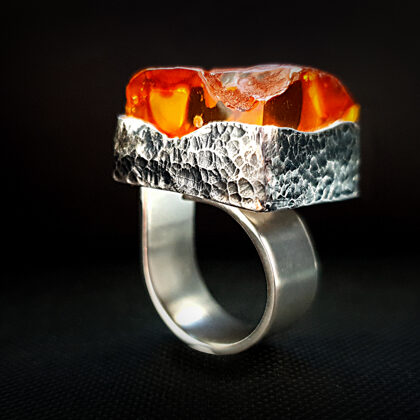 Oksidēts sudraba gredzens ar konjaka krāsas dzintaru
