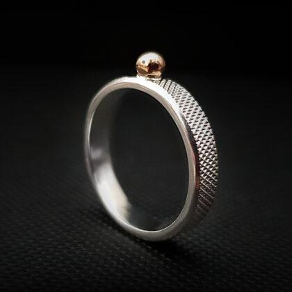 Sudraba gredzens ar zelta bumbiņu