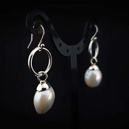Sudraba auskari ar baltām upes pērlēm