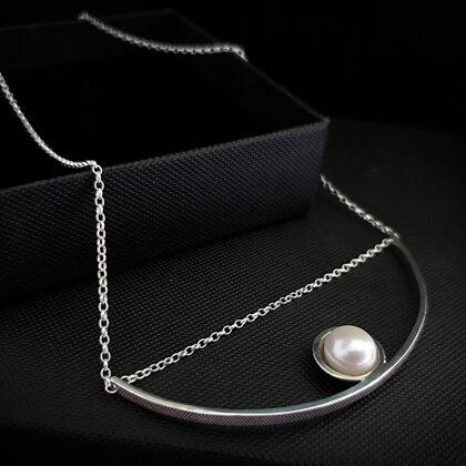 Sudraba kaklarota ar pērli